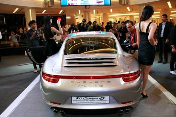 ด้านหลัง The New Porsche 911 Carrera 4S