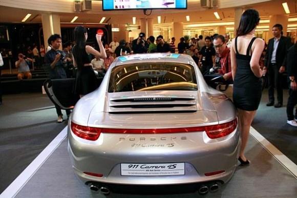 ด้านหลัง The New Porsche 911 Carrera 4S