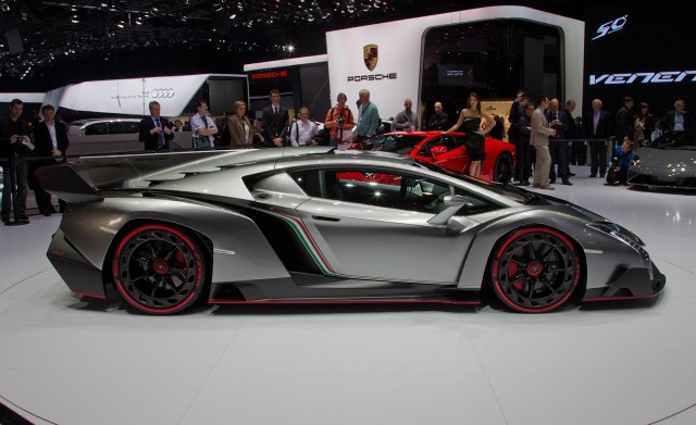 Lamborghini Veneno ด้านข้าง