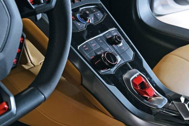 รูปที่สองภายใน Lamborghini Huracan LP 610-4